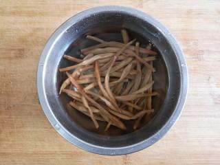 黄花木耳炒鸡蛋,黄花菜泡水2-3小时,泡软后用手掐去根,用手稍稍用劲攥洗,反复换水,直到水变清。