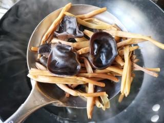 黄花木耳炒鸡蛋,焯好的黄花菜和木耳沥水捞出,攥干水份备用。