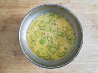 黄花木耳炒鸡蛋,打散备用。