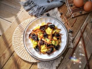 黄花木耳炒鸡蛋,出锅装盘。