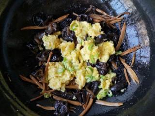 黄花木耳炒鸡蛋,再加入滑炒好的鸡蛋。