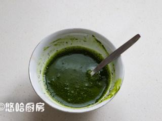 抹茶草莓蛋糕卷,抹茶粉用温开水融开,用勺子搅匀,若感觉有颗粒,可以过一次筛。