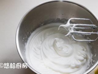 抹茶草莓蛋糕卷,先预热烤箱,上下管均为150度开始预热。蛋清放几滴先用打蛋器打起粗泡,一次性放入40克细砂糖,用打蛋器打至能拉起小弯钩为止。