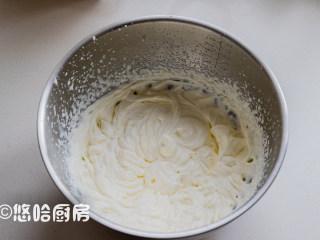 抹茶草莓蛋糕卷,淡奶油提前冷藏4个小时以上,加入绵白糖用打蛋器打至有明显的花纹状态。