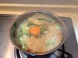打开泡面de正确方式, 提前一分钟磕入一个鸡蛋。