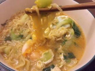 打开泡面de正确方式,面条裹上蛋液。吸溜溜汤汁也好吃。
