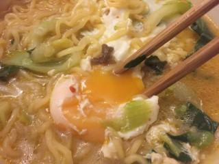 打开泡面de正确方式,把鸡蛋拿出来,最好吃的糖心蛋出来了。