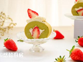 抹茶草莓蛋糕卷,吃之前将蛋糕2头不整齐的地方切掉,在蛋糕上面挤上淡奶油,摆上草莓装饰一下即可。