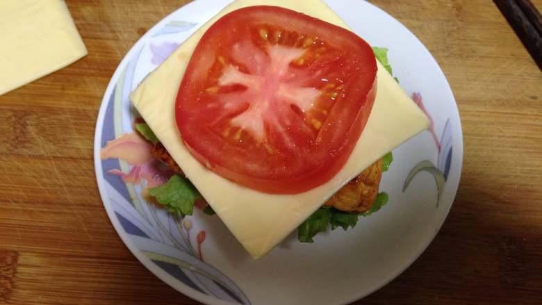 泡菜鸡肉汉堡包,来一片<a style='color:red;display:inline-block;' href='/shicai/ 62159'>芝士片</a>,上面来一片西红柿片