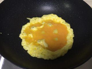 辣子鸡蛋,加入鸡蛋