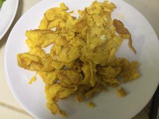 辣子鸡蛋,炒好后盛出备用
