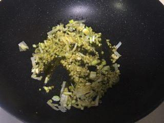辣子鸡蛋,加入葱姜蒜末爆香