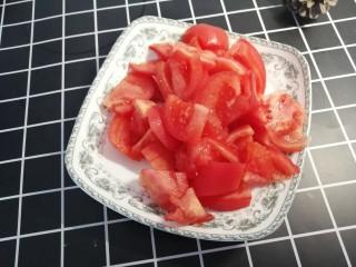 西红柿炖金针菇,剥了皮的西红柿切小块