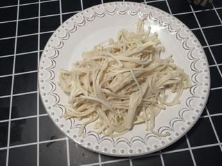 西红柿炖金针菇,捞出过凉水备用