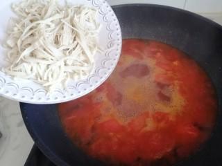 西红柿炖金针菇,待水烧开放入金针菇