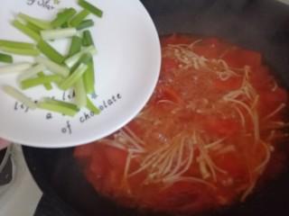 西红柿炖金针菇,放入葱花搅匀
