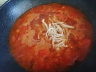 西红柿炖金针菇,大火烧开转中小火炖五分钟左右