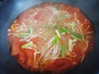 西红柿炖金针菇,放少许白糖中和酸味