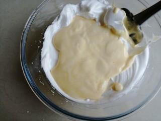 香草舒芙蕾,倒回剩余的蛋白霜里,用同样的手法拌均匀
