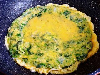 菠菜鸡蛋饼,煎菠菜鸡蛋饼的时候,在小碗里敲入1个鸡蛋,用筷子打撒,淋在煎熟的鸡蛋饼上。