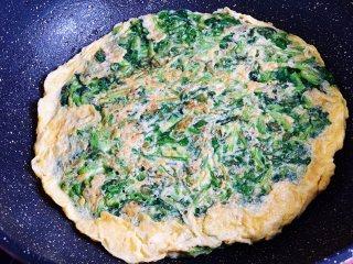 菠菜鸡蛋饼,小火煎至两面金黄即可出锅。
