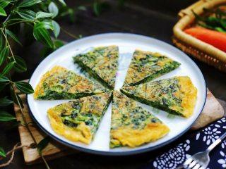 菠菜鸡蛋饼,营养美味的菠菜鸡蛋饼就做好了,用刀切成8等份就可以开吃了。