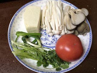 番茄豆腐菌菇汤,准备好所有食材,豆腐,平菇,海鲜菇,番茄,葱,香菜。
