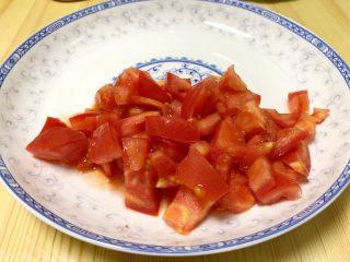 番茄豆腐菌菇汤,番茄切成番茄丁。