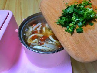 番茄豆腐菌菇汤,出锅加入香菜末。