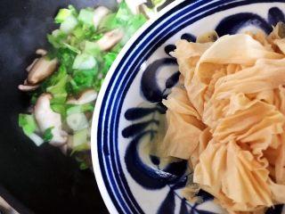 香菇腐皮黄白菜,加入腐皮