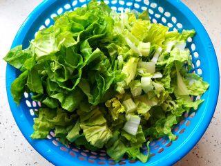 香菇腐皮黄白菜,黄白菜洗净之后切成段,控干水分