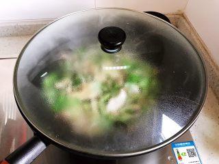 香菇腐皮黄白菜,盖上锅盖,转小火焖煮2分钟