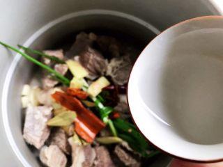 西红柿土豆炖牛腩(高压锅版),加入白酒
