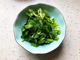 西红柿土豆炖牛腩(高压锅版),香菜摘洗干净之后切碎