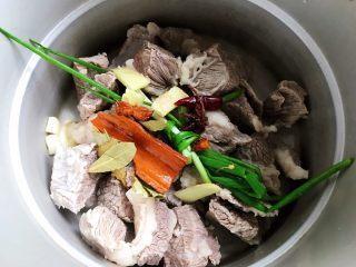 西红柿土豆炖牛腩(高压锅版),将全部大料和小葱,剩余的姜片放入高压锅内