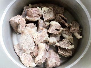 西红柿土豆炖牛腩(高压锅版),控干水分之后放入高压锅