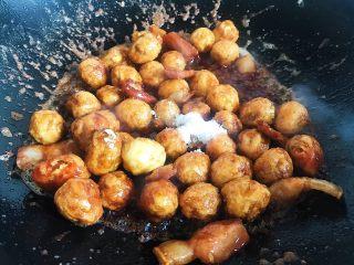 家烧虎皮鹌鹑蛋,倒入食盐和白糖 翻炒均匀