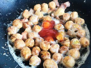家烧虎皮鹌鹑蛋,倒入番茄沙司和生抽(如果最求完美的可以将破掉的鹌鹑蛋挑出来 因为蛋黄碰见油渍后会起大量的气泡)