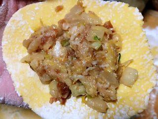 玉米面酸菜蒸包,适当的馅料放入皮中间对折包成包子