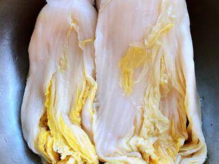 玉米面酸菜蒸包,自家腌制的酸菜既干净又好吃酸菜用清水浸泡十分钟洗净沥干水分备用