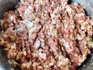 玉米面酸菜蒸包,猪肉放入一品鲜酱油、蚝油、部分葱、姜搅拌均匀腌制半小时入味