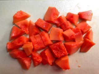 木瓜桃胶牛奶,<a style='color:red;display:inline-block;' href='/shicai/ 590/'>木瓜</a>冲洗一下,对半切开,把里面的籽掏掉,再把外皮刮掉,切成小块待用。