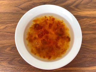 木瓜桃胶牛奶,把<a style='color:red;display:inline-block;' href='/shicai/ 2530/'>桃胶</a>清洗干净,放入大碗里,倒入一碗热水,提前浸泡20个小时。