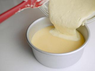 焦糖布丁轻乳酪蛋糕,取出凝固的焦糖,倒入布丁液,倒入蛋糕糊。