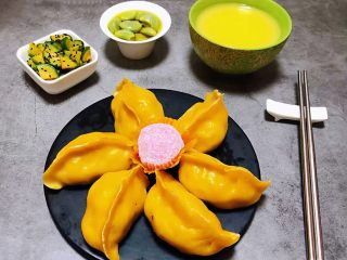玉米面酸菜蒸包,包子装入盘中搭配玉米面粥、腊八蒜、萝卜咸菜就是完美的标配