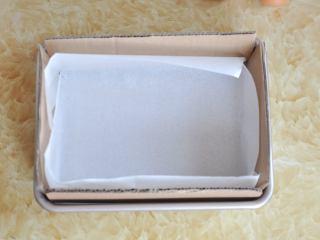 古早蛋糕,将模具四周插上硬纸片,中间垫油纸。