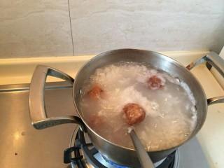 生菜肉丸粥,放入粥中。5-10颗美味的肉圆。小火继续煮,要把肉圆煮熟。