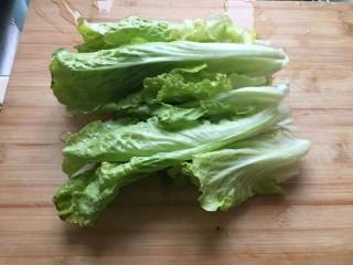 生菜肉丸粥,生菜叶子洗净。