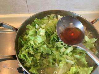 生菜肉丸粥,倒入一勺。香油提味,提香