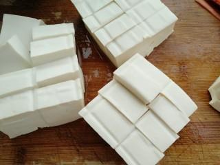香菇焖豆腐,把豆腐切成块
